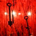 塩田千春の個展「鍵のかかった部屋」にある無数の赤い糸が神秘的!
