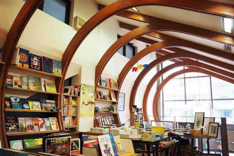 児童書と北欧の本がある「トムの庭」と「kokoti cafe」